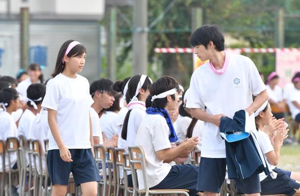 【写真を見る】同級生・晶(岡田健史)に想いを寄せる思春期の中学生を演じる