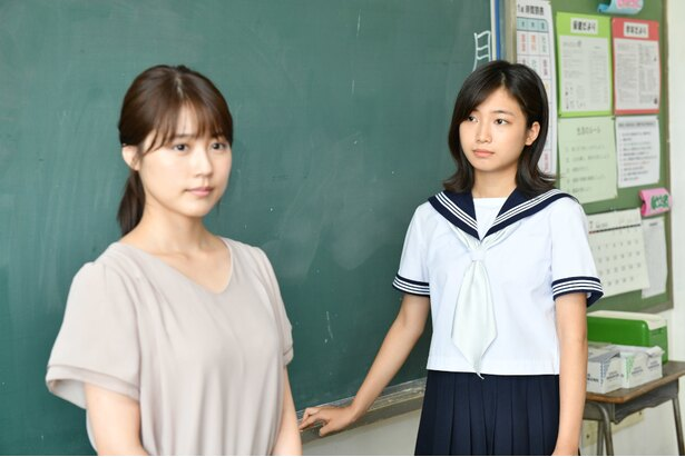 「中学聖日記」(TBS系)で有村架純(左)演じる教師を敵視する生徒・るなを演じる小野莉奈(右)