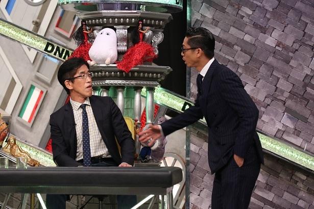 【写真を見る】AKIRA、解説員・岸博幸に迫る…!?