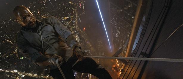 超高層ビルにしがみつくロック様!なんだこの展開!