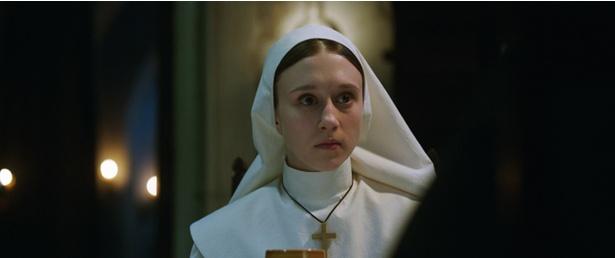 見習いシスターのアイリーンを演じるタイッサ・ファーミガは『死霊館』シリーズでロレッタ・ウォーレンを演じたヴェラ・ファーミガの妹