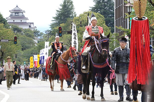 【写真を見る】馬が街を闊歩するシーンも見られる