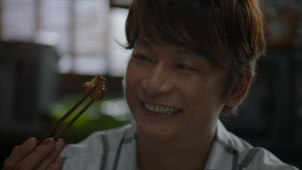 「ファミマのお母さん食堂すげーうまい」と満面の笑みを浮かべる香取慎吾