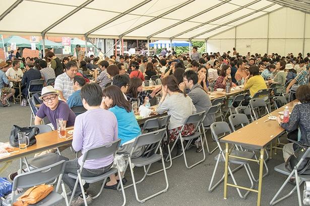 【写真を見る】会場には多くの人が訪れ、ビールとフードを楽しむ