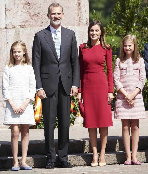 【写真を見る】レティシア王妃一家は、そろって美男美女!娘たちはペアルックを卒業?
