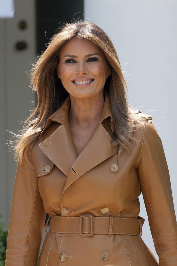 メラニア米大統領夫人、追悼式典にレインコートでもエレガント!