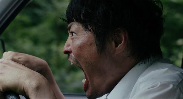 主人公は、田舎のパチンコ店で働く42歳の宍戸岩男(安田顕)