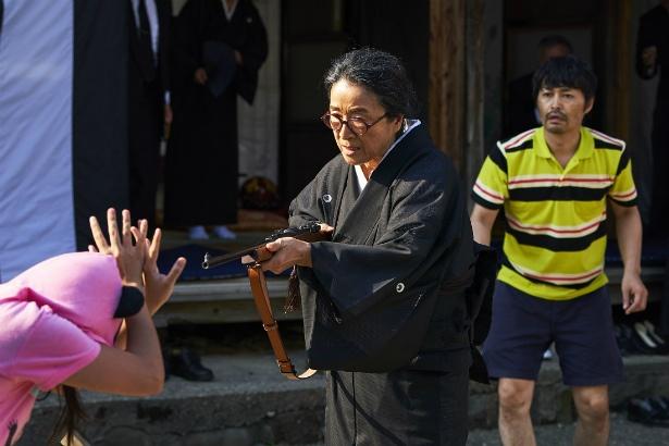 激怒した岩男の母・ツル(木野花)がアイリーンに猟銃を向ける