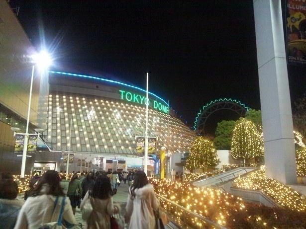【写真を見る】KinKi Kidsが出演した「ジャニーズカウントダウンライブ」が行われたときの東京ドーム