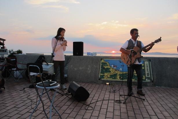 【写真を見る】週末は音楽イベントや露店出店もあり、多くの観光客で賑わいをみせる