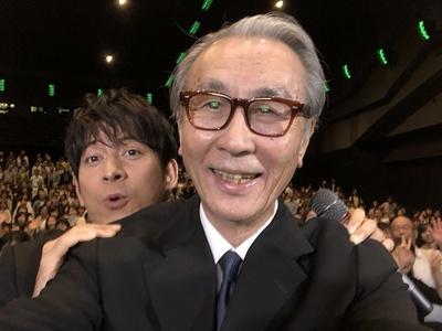 木村監督は岡田と自撮りを楽しむ