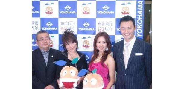 たねまるのぬいぐるみを持ってアピールする中田市長(右端)ら
