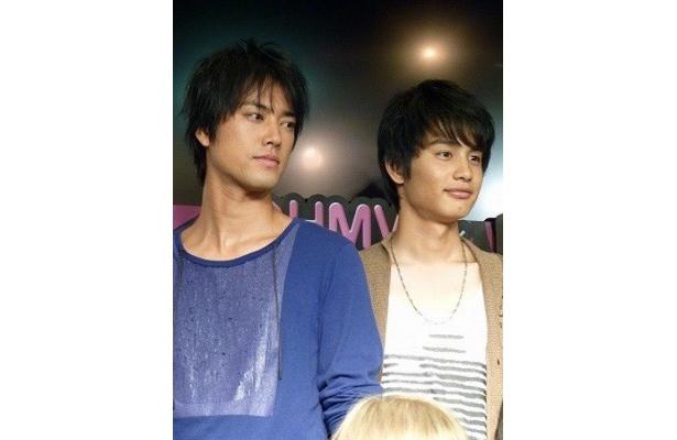 桐谷健太(写真左)は、撮影中、中村蒼(同右)にドラムの腕前を見せつけた