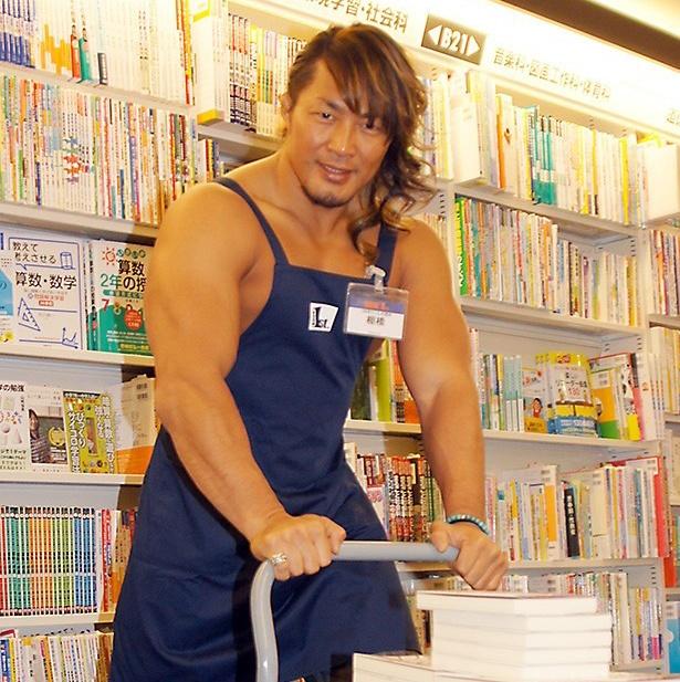 【写真を見る】本屋さんで働く棚橋弘至選手