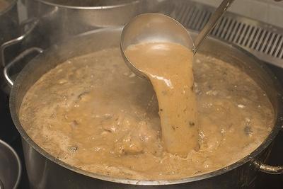 """【写真を見る】強火で長時間炊き続ける「こく煮干し」のスープ。煮干しはエグミが出ないよう、""""追い煮干し""""で随時入れ替えていく"""