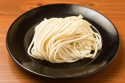 かん水不使用で正確には中華麺ではない太麺。神田店では東京の有名製麺所「三河屋製麺」に特注している