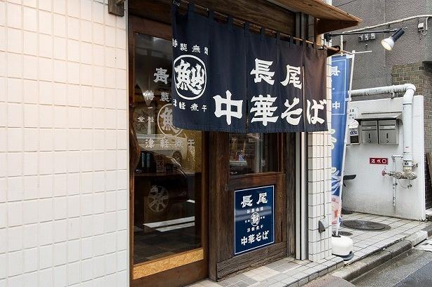 靖国通りと本郷通りが交わる、小川町交差点そば。店の外まで煮干しのいい香りが漂い、食欲を誘われる