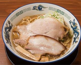 「こく煮干し」(850円)。鶏ガラや豚骨などに3種の煮干しを加えた濃厚スープと、うどんのような太麺の組み合わせが特徴