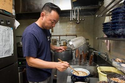 長尾さんは中華料理出身。「中華は得意でしたが、煮干しラーメンだけはうまく作れず、それが悔しくてどんどんハマっていき、気づいたら店を出していました(笑)」