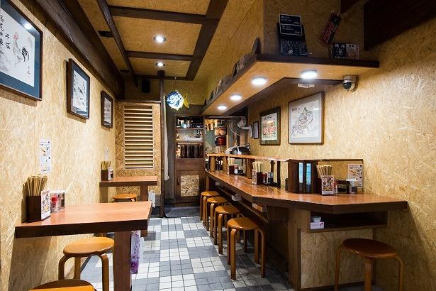 店内はカウンターのほか、テーブルも2卓あり。壁に飾られた「魚」や「ニワトリ」などの絵は青森のねぶた師が描いた