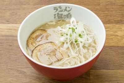 「魚介とんこつラーメン」(780円)。魚介ととんこつどちらの味も消されない絶妙なバランスが人気の秘密かも