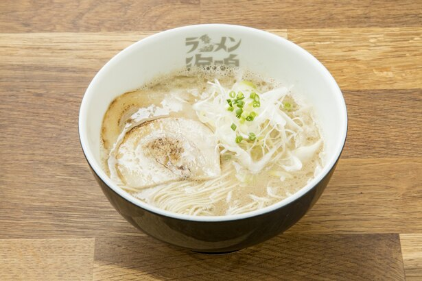 【写真を見る】「とんこつラーメン」(720円)。濃厚なのにクリーミーで食べやすく幅広い世代に大好評!