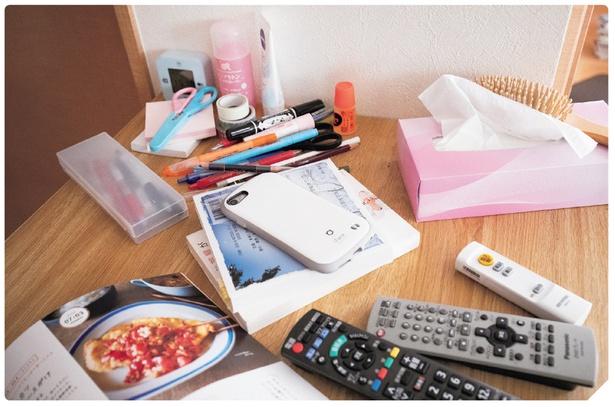 毎日使う化粧品やリモコン類、文房具などが机の上に散乱