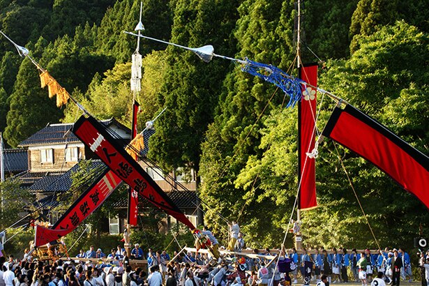 長大な枠旗を担ぎながら傾けて、大旗を地面すれすれにまで下げる「島田くずし」は必見