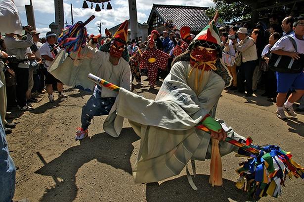 【写真を見る】神輿は猿田彦の先導で本社に参入