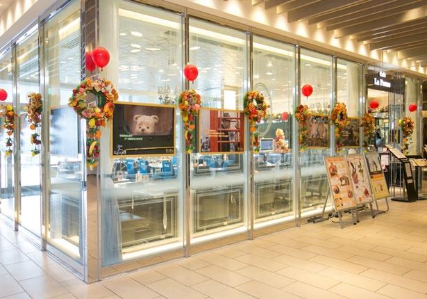 外観も映画の世界観を再現するカラフルな装飾に/カフェ ラ・ポーズ ルクア大阪