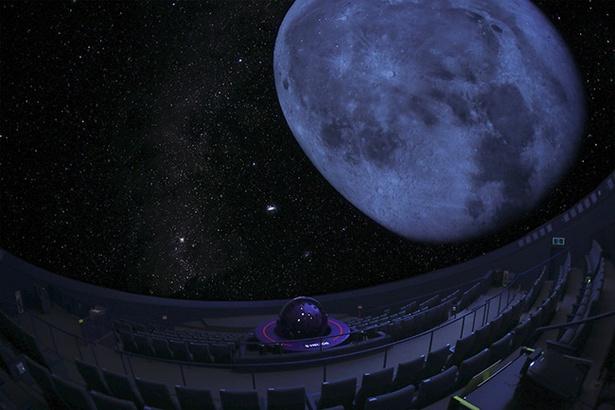 【写真を見る】ふだん細かく見られない月をじっくり見られるのはプラネタリウムならでは