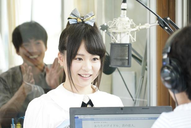 【写真を見る】倉野尾成美(本人)がゲスト出演するラジオ局のシーン。大東駿介は「自分の言葉」でブースの外から指示を出していたという