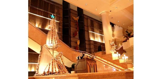 横浜のツリーは個性的なヨット型(「ヨコハマグランドインターコンチネンタルホテル」)