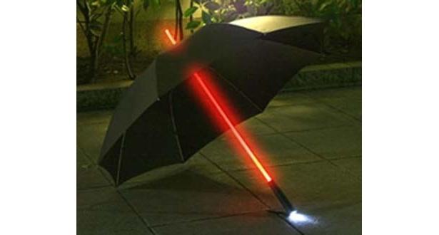 「レインボーフラッシュLED傘大人用」(1480円)。夜道など暗い場所では重宝しそう