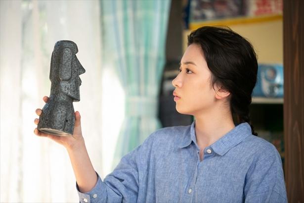 第143回(9月14日放送)シーンより。鈴愛はモアイ像を見て、ある人物を思い出す