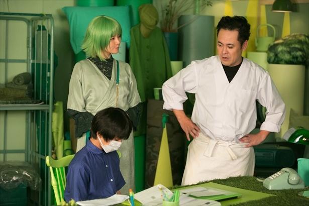 突然訪ねてきた修次郎に喜びを隠せない津曲と、見守る妹・恵子