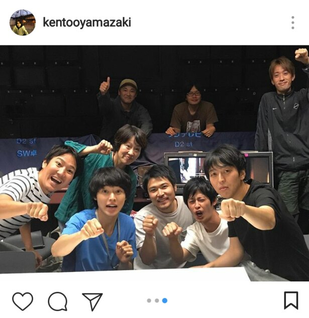 山崎、スタッフとグータッチ!
