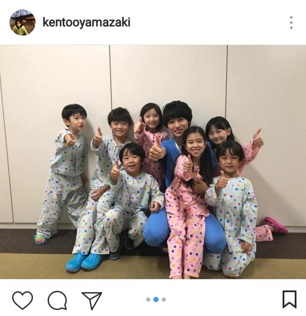 【写真を見る】湊先生、子どもたちと記念にパチリ