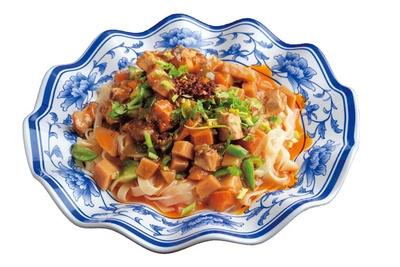 【写真を見る】肉やジャガイモなど数種の具材を使ったコク深いが特徴の蘭州涼麺(980円)/周記 蘭州牛肉麺 難波本店