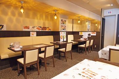 開放感のある店内で1人から団体利用まで可能/周記 蘭州牛肉麺 難波本店