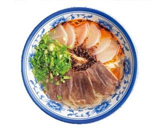 牛骨の清湯スープは牛の旨味が効いた「蘭州牛肉麺 」(850円)/周記 蘭州牛肉麺 難波本店