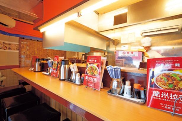清潔感のあるカウンター席が並ぶ店内/一品居 蘭州牛肉麺