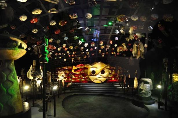 地下展示「いのり」のジオラマ。上からつるされた無数の仮面や神像まで忠実に再現。奥に「地底の太陽」が司祭のごとく鎮座する