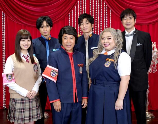 【写真を見る】 田中圭はさっそく岡村隆史、中島健人らレギュラーメンバーと記念撮影