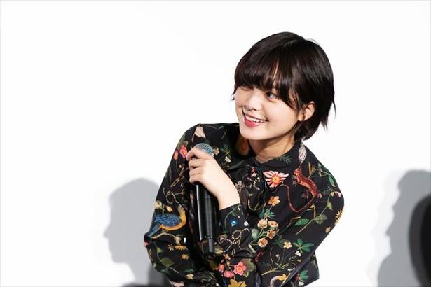 【写真を見る】平手友梨奈がキラキラの笑顔を見せる!