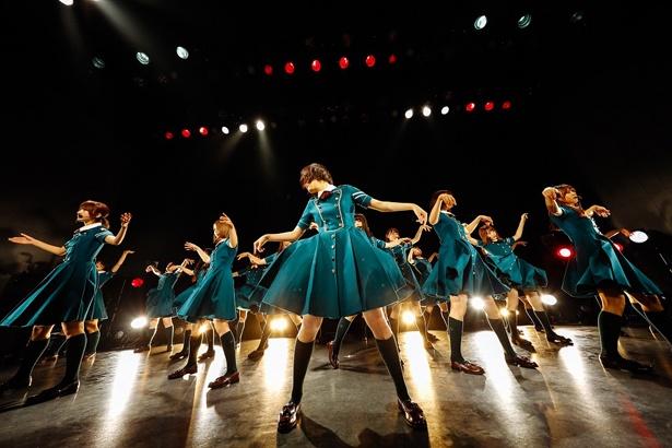 【写真を見る】欅坂46によるこけら落とし公演は、客席と至近距離なためプレミアムなライブに