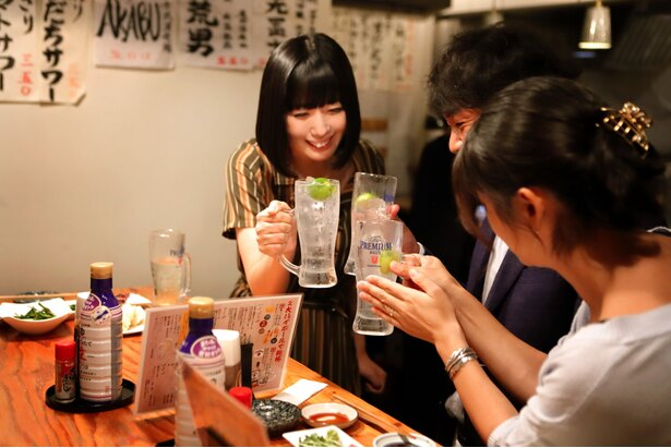 【写真を見る】酒場で出会ったお客さんと意気投合して酒を酌み交わすことも