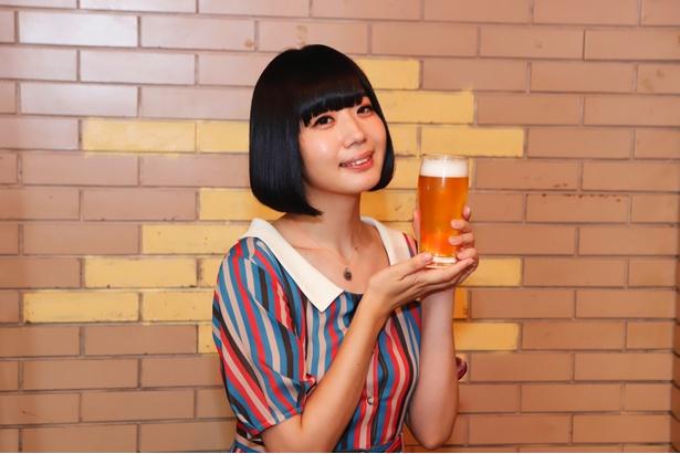 ビールを片手に「なんか変わった会見ですいません(笑)」と苦笑
