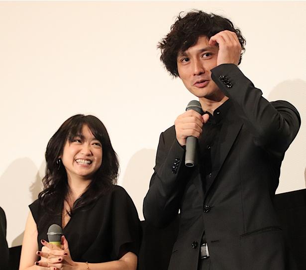 【写真を見る】安藤政信のトークに池脇千鶴も大爆笑