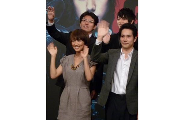 左から、夏菜、松山ケンイチ、上段左から、佐藤プロデューサー、本郷奏多